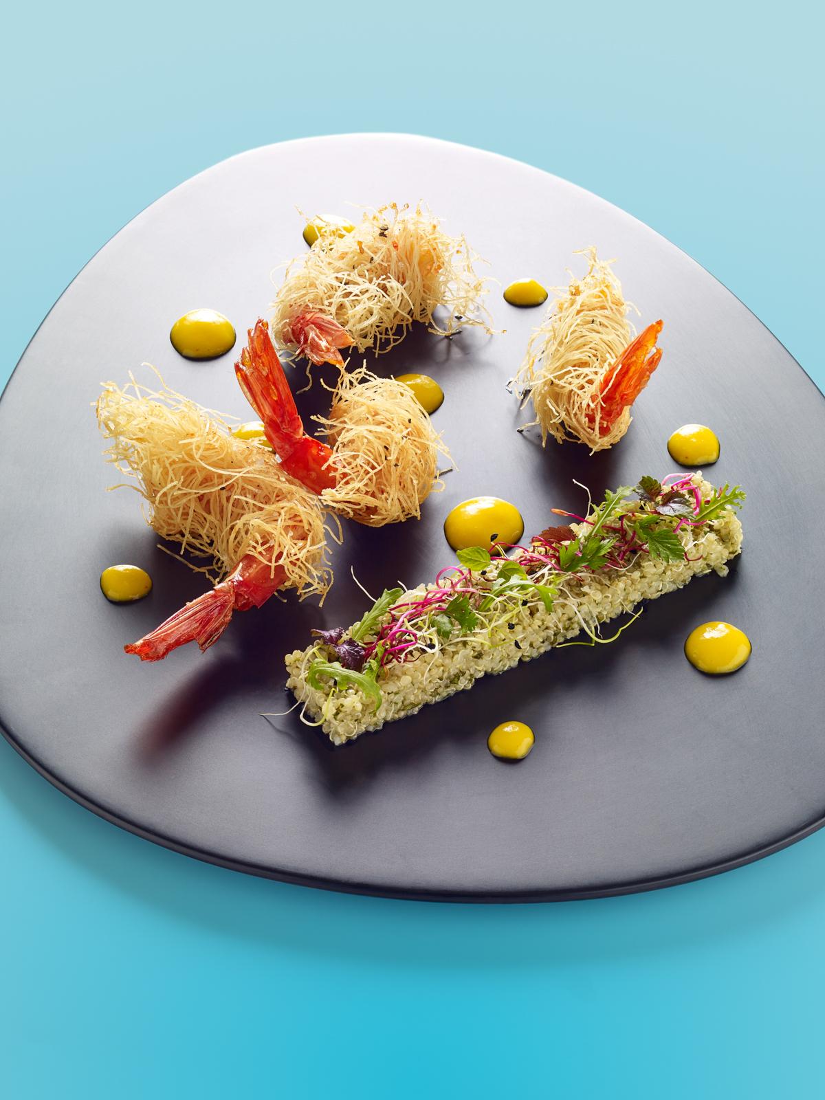 Les gambas croustillantes, salade de quinoa relevée de coriandre et citron vert, vinaigrette à la mangue