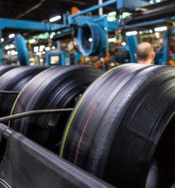Usine Bridgestone de Béthune - Assemblage des éléments du pneu